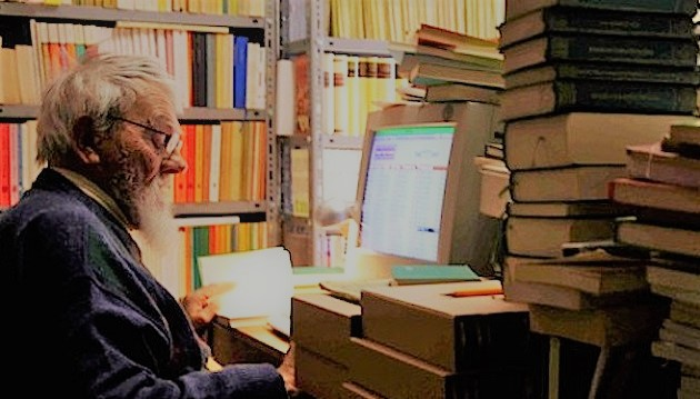 Padre Sergio nella sua biblioteca